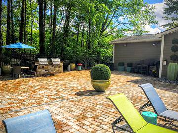 Poolside Grills - The Lake House at Martins Landing - Roswell, GA